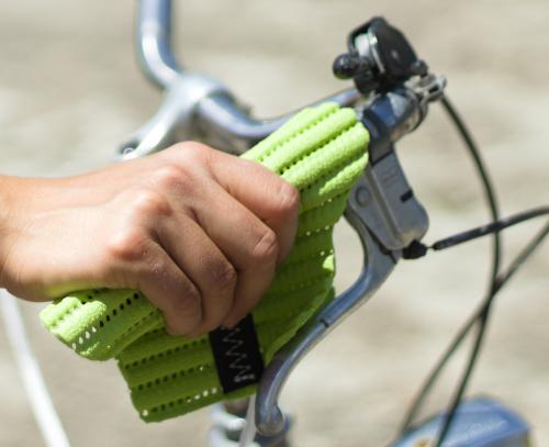 Handsi (grün) mit Fahrradgriff