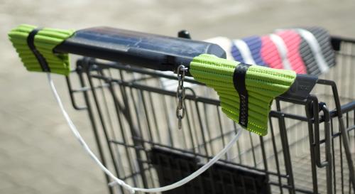 Handsi (grün) am Einkaufswagen